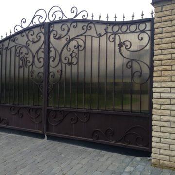 Кованые заборы и ворота всегда выглядят монументально